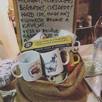 Bögrebumeráng a Labor Caféban a műanyagmentes lét jegyében. Hozd be a megunt bögréd, hogy más abban vihesse el a kávéját! - Mugbumerang ON. Put your unused mugs intu the buscet for someone, who want a caffé to go. #plasticfreejuly #giveamugtakeamug #mugbumerang #laborcafe #charitycafe #randomkindness #bögrebumeráng