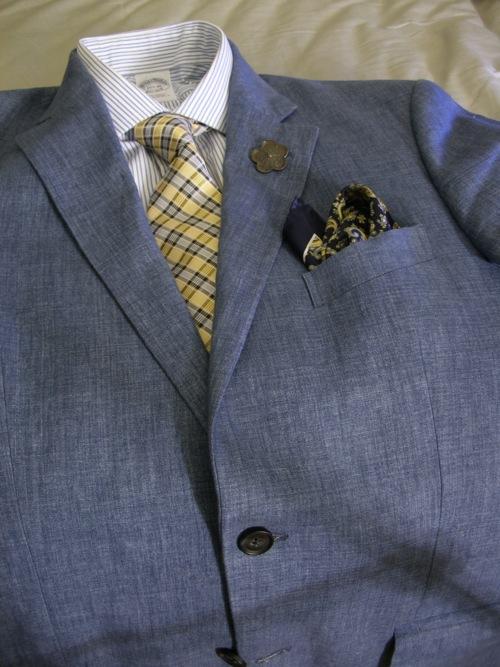 a15415bbe2 Melírozott szürke zakó csíkos inggel, kockás nyakkendővel és török-mintás  díszzsebkendővel. A szürke szín szerepel a zakón, az ing csíkjaiban és a  nyakkendő ...