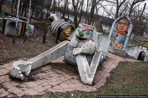 creepy-playgrounds-stonegolem.jpg