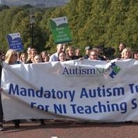 Tanárok autizmus képzéséért tüntettek a szülők