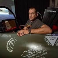 Az autizmusa szuperhatalmának köszönhetően képes repülőt szimulálni
