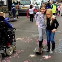 Az utcán játszik osztálytársaival az autista kislány