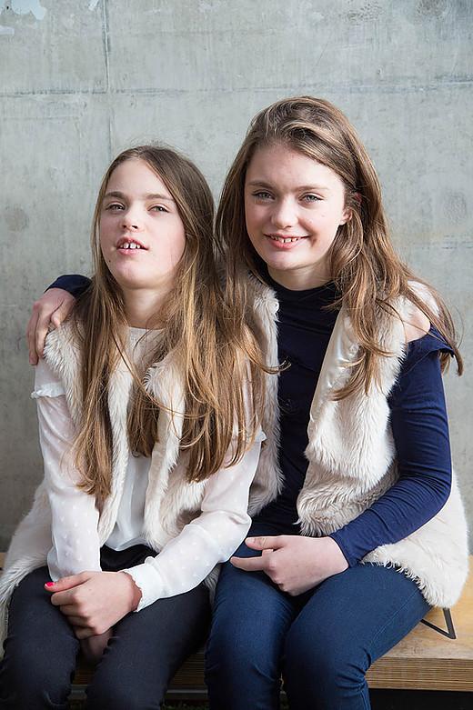 Scarlet és Elyssa, egypetéjű ikrek, Cerebral Palsy, agyi bénulás /mindkettő/