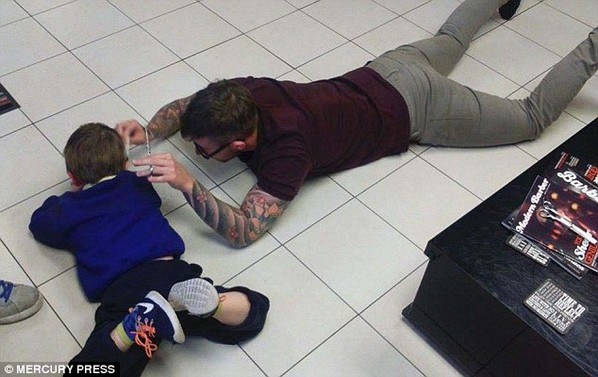 2e2bafc800000578-3307431-mason_laid_on_the_floor_calmly_playing_with_his_mum_s_iphone_so_-m-18_1446836521272.jpg
