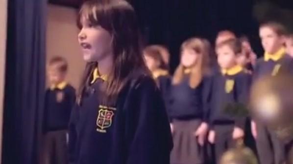 Az egész iskolát lenyűgözte énekével az autista kislány