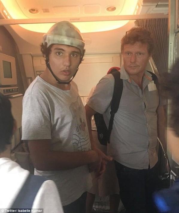 Ijesztő lehetett a légiutas-kísérőknek, amikor a repülőn magát harapdálta az autista tinédzser