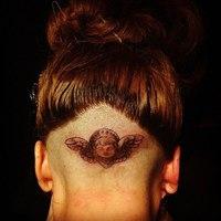 Lady Gaga a színpadon tetováltatta a fejét
