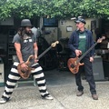 Így tanítja basszusgitározni Jason Momoát a Primus főnöke