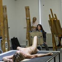Iggy Pop széttárt lábakkal, meztelenül modellkedett rajzművészek előtt
