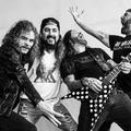 We're A Happy Family - Itt van Mike Portnoy The Ramones-feldolgozása, melyben minden hangszeren ő játszik