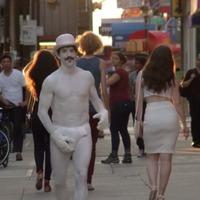 Anthony Kiedis ezúttal cox on sox pantomimfigura – Itt az új Red Hot Chili Peppers-klip