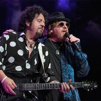 Majdnem telitalálatnyi kép a Toto koncertjéről