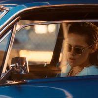 Kristen Stewart gyönyörű kék Mustanggal száguldozik a Rolling Stones új klipjében