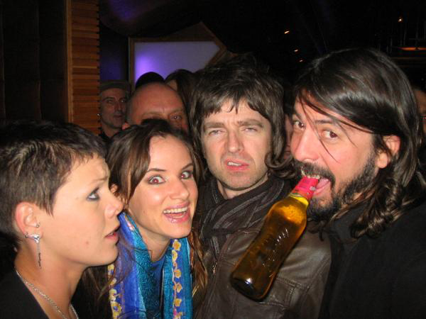 noel-gallagher-dave-grohl-julliette-lewis-pink-led-zeppelin-oasis-foo-fighters.jpg