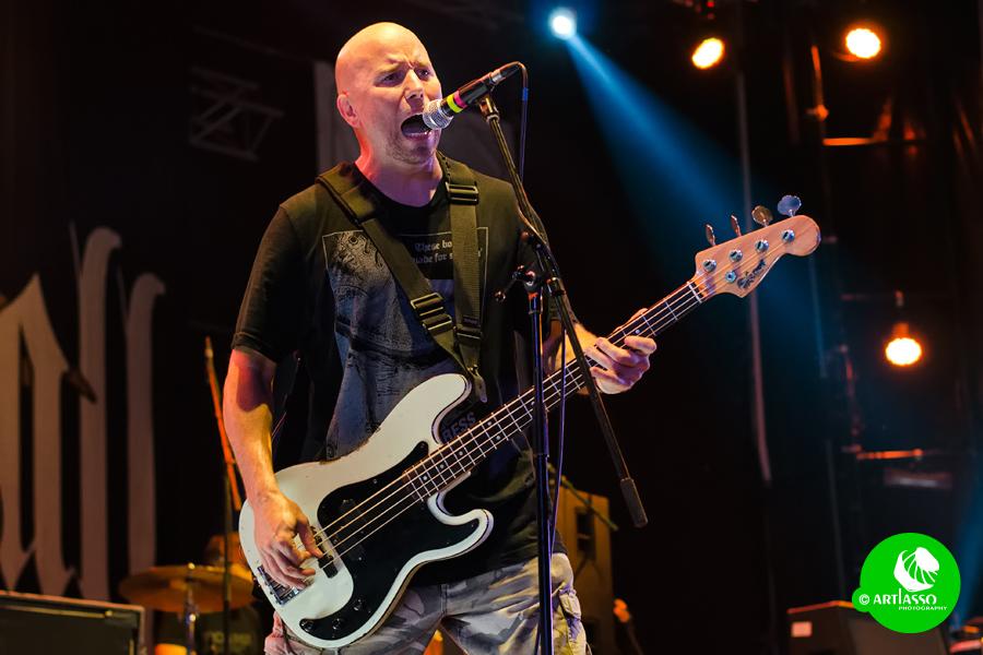 Craig Setari énekelt is, nem csak basszusgitározott.