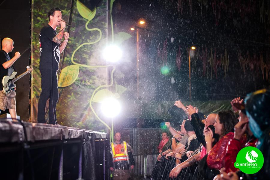 Itt esik éppen. Lehet Lou Kollert is éri ott, ahol a képen áll.
