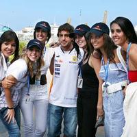 Alonso Red Bull-os csajokkal pózolt Valenciában