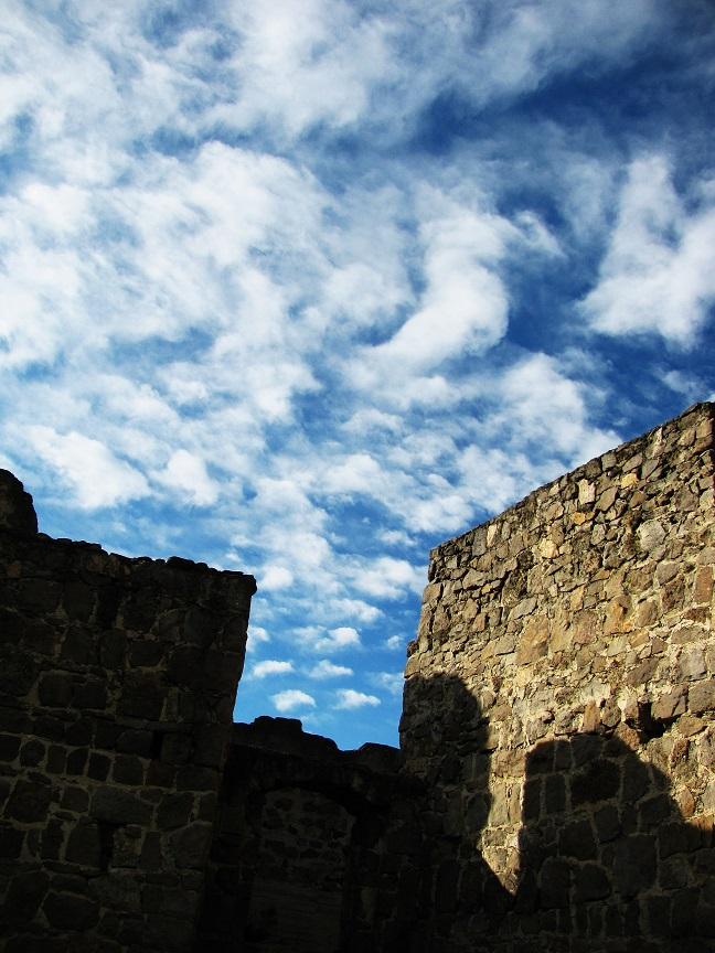 Pilisborosjenő, Egri vár másolatának romjai. A várat az Egri csillagok című film forgatásához építették az 1960-as években.