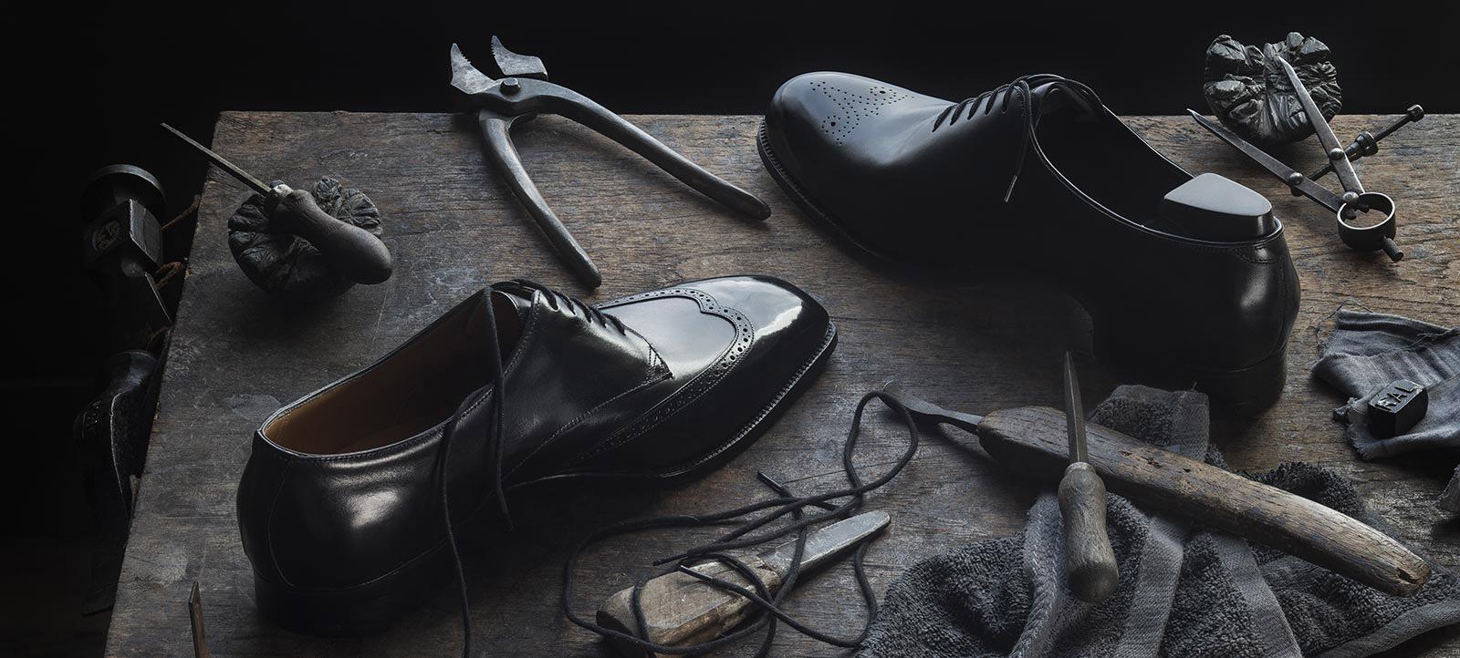 a43d405f6e09 Egy igazi, kézzel készült, rámán varrott cipő, mely lábunk formáját követi  és tökéletesen illeszkedik. Becsüljük annyira ezt a fontos ...