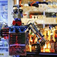 Robot csapos dolgozik egy német bárban