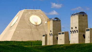 Radar-piramis a semmi közepén