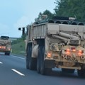 MLRS-konténer, útban az M7-esen