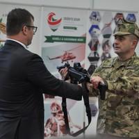 Magyar kézifegyver: első átadás