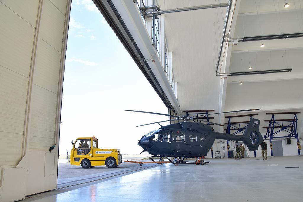 200218_szn_h145m_hangarbol_vontatas.jpg