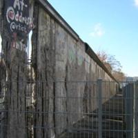Mr. Gorbacsov rombolta le ezt a falat