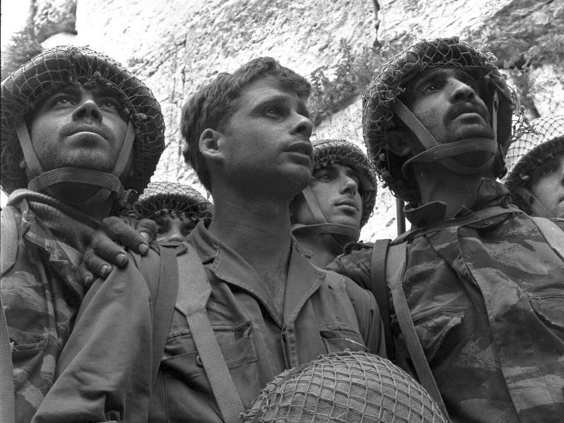 israeli_paratroopers_stand_in_front_of_the_western_wall_in_jerusalem.jpg