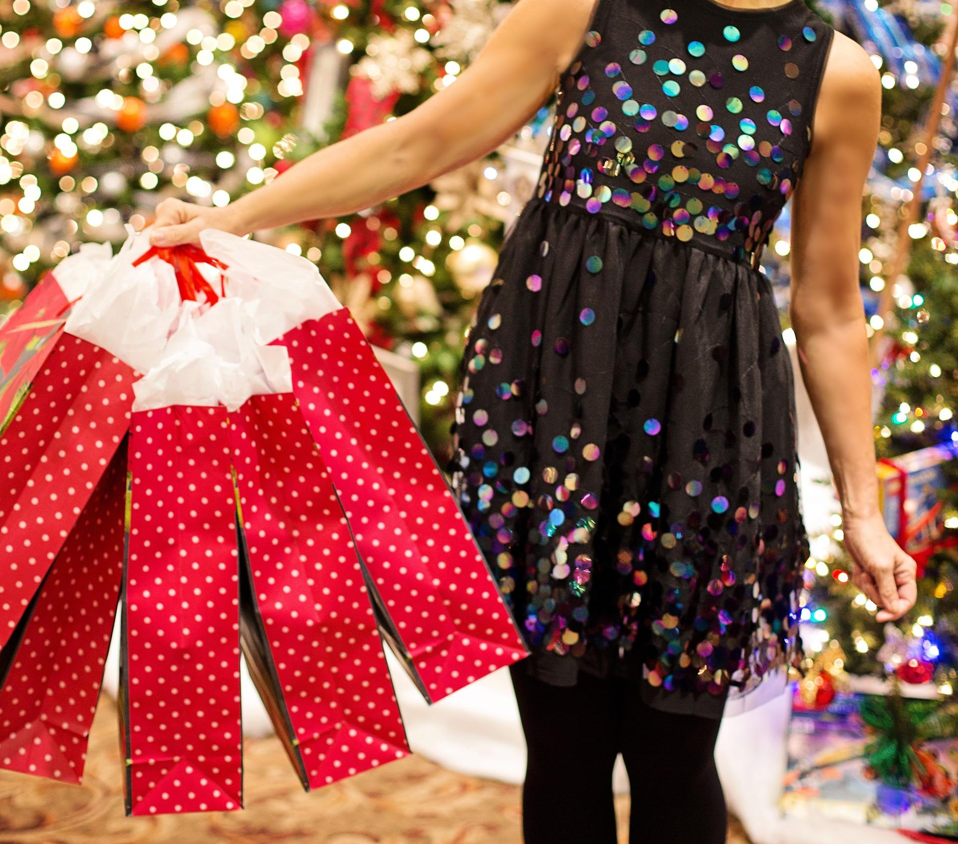 christmas-shopping-3823673_1920.jpg