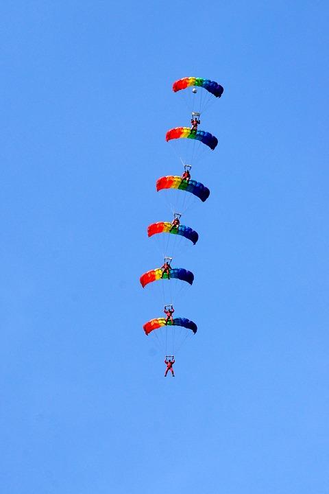 parachutists-1752667_960_720.jpg