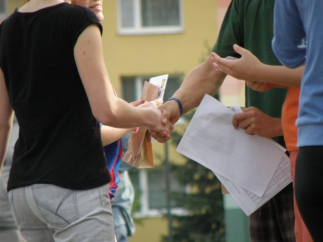 handshakes-930178_640.jpg