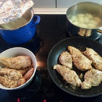 Rakott csirkemell gnocchival, fehér és zöld spárgával