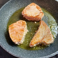 Tonhal-steak édesburgonyával: szuper duó