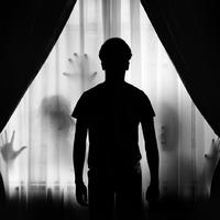 Férfi a függönyön
