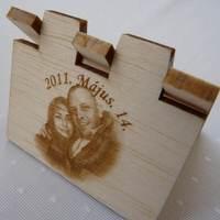 Esküvői ültetőkártya fából lézergravírozással (exkluzív, különleges, egyedi)
