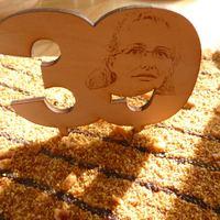 Tortaszám fából az ünnepelt fotójával gravírozva