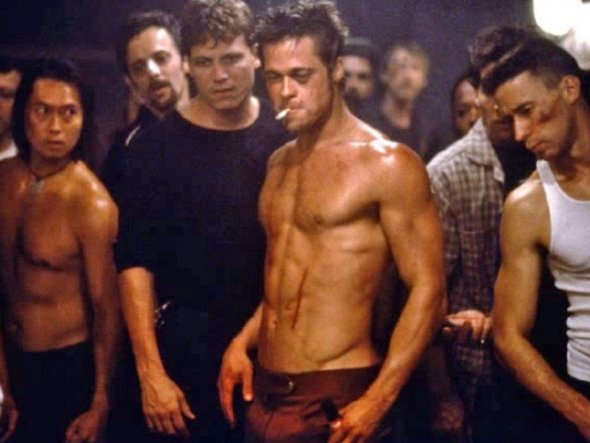 Íme Brad Pitt a Harcosok klubja című film egyik jelenetében. Pontosan ilyen volt az akkori időben a 'tökéletes' férfi test.