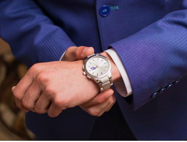 Jöhet a kedvencem, a karóra. Akkor is, ha nem vagy az a tipikus órát viselő személy, mégis legalább egy elegáns órát szerezz be magadnak. Ez teszi teljessé a férfias megjelenésed. Megfogod látni, amint elkezdesz hordani egyet.