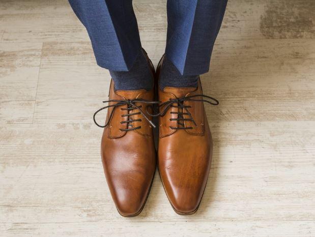 Bőrcípő barna és fekete színben. A nők számára nagyon is sokat mond, hogy milyen cipő van rajtad. Szintén saját tapasztalatból mondom, hogy ne spórolj a cipőn és mindenféle rosszindulat nélkül kérlek, hogy ezt a két pár cipőd ne a CCC-ben vagy Deichmanban vedd meg.