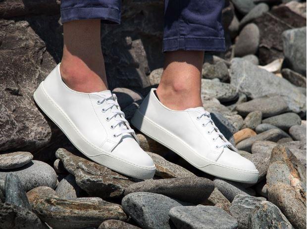 Nyári cipő - Mindegy, hogy fehér sneaker vagy más stílusú cipő, a lényeg, hogy legyen nyári cipőd is. Folytassuk a személyes tipekkel, arra figyeljetek, hogy a divattal ellentétben sem férfiaknak, sem nőknek nem tesz jót, ha teljesen lapos talpú cípőt vásároltok. Saját tapasztalat, az ortopédus orvosom saját kezűleg dobta ki az enyémet anno. :)