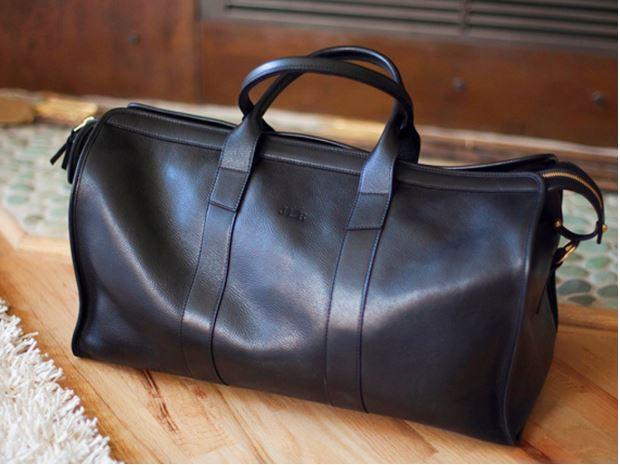 Táska - Ez egyike lesz a megosztó dolgoknak szerintem, sokan ugyanis ellenzik, mondván nem férfias. Személy szerint 30 évesen hátizsákot hordani nem az, egy elegáns táskát viszont teljes mértékben.