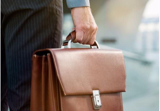 Aktatáska - Maradjunk a táskáknál. Mikor voltál utoljára féltékeny arra, aki egy hátizsákkal jött be a munkahelyére? Valószínűleg még soha. A hátizsák a fiatal korosztálynak való.