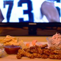 Superbowl menü: Ropogós csirkecsíkok háromféle mártogatóval és coleslaw-val
