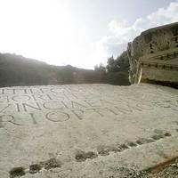 Buldózerek fenyegetik az egykori pannóniai helytartó római sírját