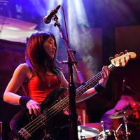 Az új basszusgitárosnő a turnén