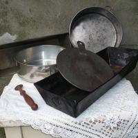 Konyhai fém relikviák - szeretem - régi fémlemez sütő eszközök meg egy derelyevágó