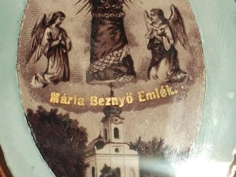 A kép közép részén - arany betűkkel - Mária Beznyö Emlék felirat