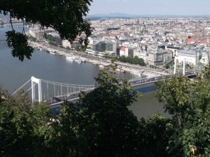Lent az Erzsébet híd